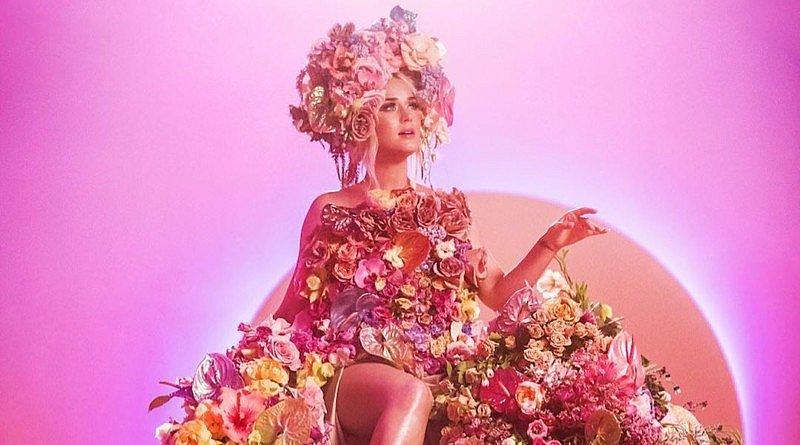 Katy Perry von Blumen überhäuft in ihrem neuen Musikvideo Never Worn White Kind Schwanger Blumenkünstlerin Kristen Alpaugh Klein Blumen Blütenkleid Anthurium FLWT PSTL Blumendesign Kreationen floral art floral design florists floristik Projekcte