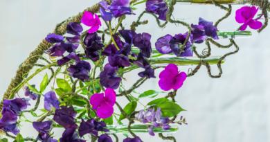 Papierblumen im Kontrast zur Natur