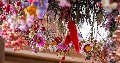 Weihnachten im Trend trockenblumen Annick Mertens Fleur Kreativ @ Home magazin zeischrift informationen inspiration weihnachtsbaum weihnachtsdekorationen blumendesign blumenkunst winter ideen