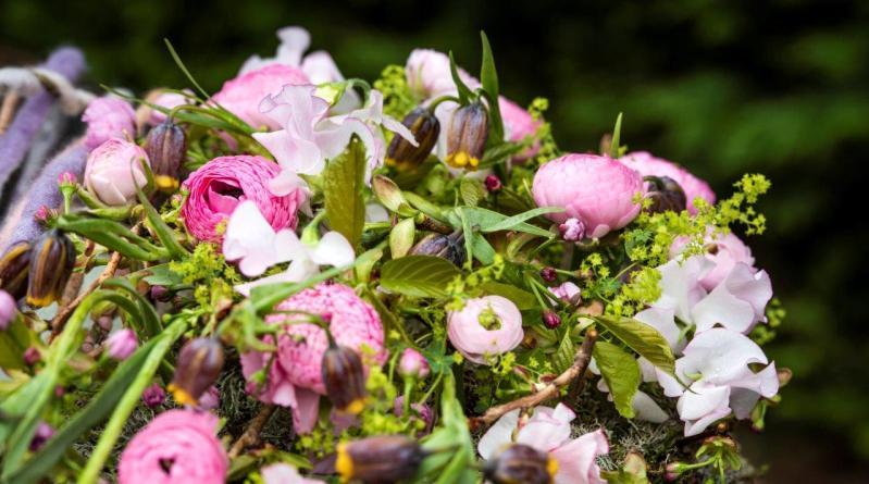 Ein Herz gefüllt mit Blumen für den Valentinstag. Entworfen von unseren Fleur Kreativ Floristen. Lassen Sie sich inspirieren und probieren Sie dieses Blumenherz selbst aus, um Ihre/n Liebste/n zu überraschen!