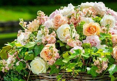 Gartenkorb voller Rosen, eine Kreation von FLEUR Floristin Ann Desmet für den Frühling. Lassen Sie sich inspirieren von Fleur Kreativ Magazin!