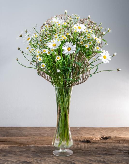 Unsere Floristen verarbeiteten Margeriten zu einer frischen Fruhlingskreation. Probieren Sie es selbst!